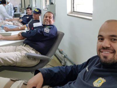 Policiais rodoviários federais fazem campanha de doação de sangue