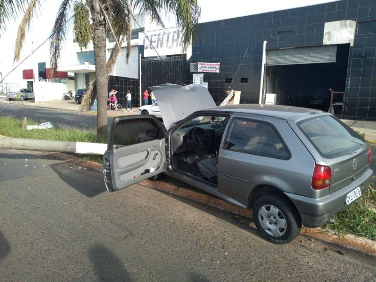 Motorista perde o controle da direção e bate em poste de iluminação na zona Norte