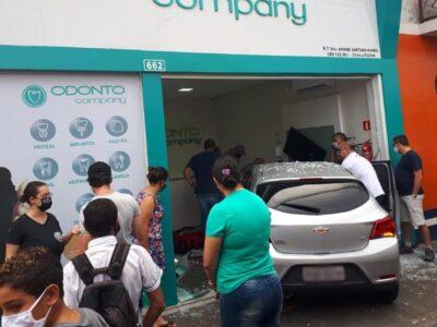 Motorista perde controle da direção, invade calçada, atropela mulher com carro e quebra porta de clínica