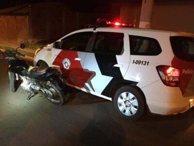 Motocicleta receptada é encontrada na Zona Norte de Marília, condutor foi preso.
