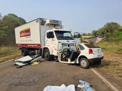 Colisão frontal contra caminhão mata duas pessoas na SP-457
