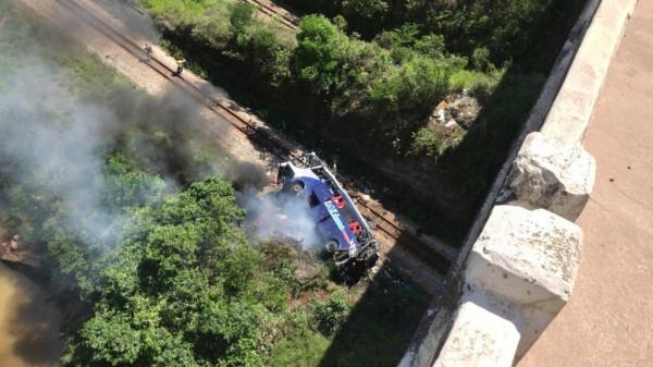Ônibus cai de viaduto na BR-381 e  deixa 11 mortos em Minas Gerais