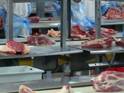 China suspende importação de carne de frigoríficos  brasileiros após detectar coronavírus em lotes