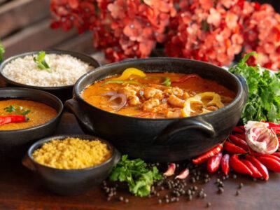 """""""Moqueca de Peixe com camarões, arroz de coco queimado e farofinha de banana da terra"""" é uma deliciosa sugestão de um prato típico da Bahia"""